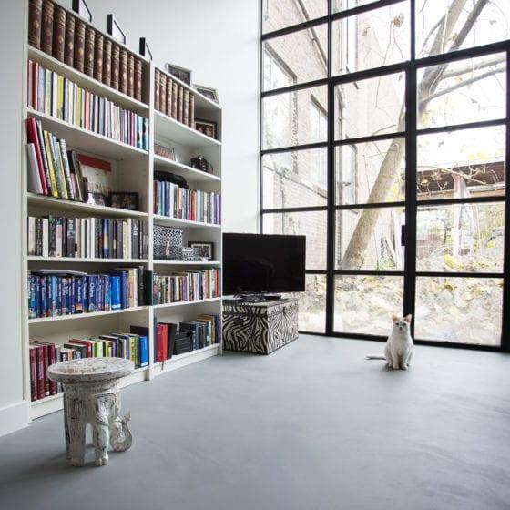Corestone woning living licht grijs kat betonlook